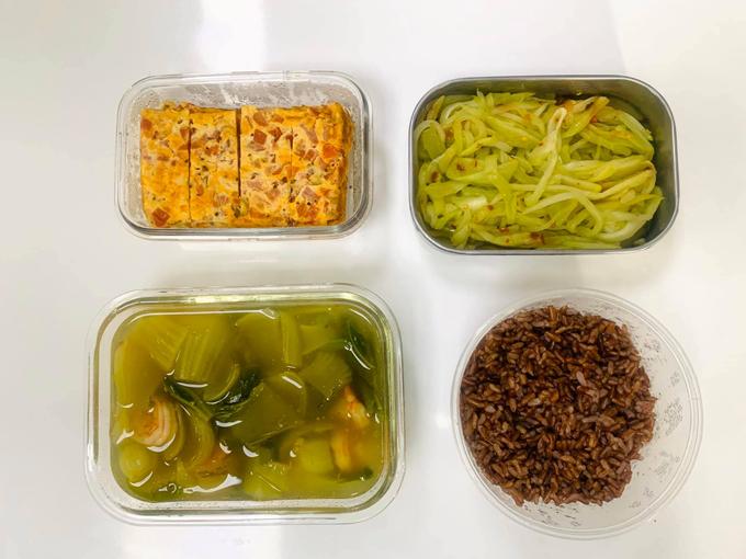 Đôi khi Hằng đổi món với cơm gạo lứt, có tác dụng phòng ngừa bệnh tim mạch, giảm cholesterol, cải thiện hệ tiêu hóa.