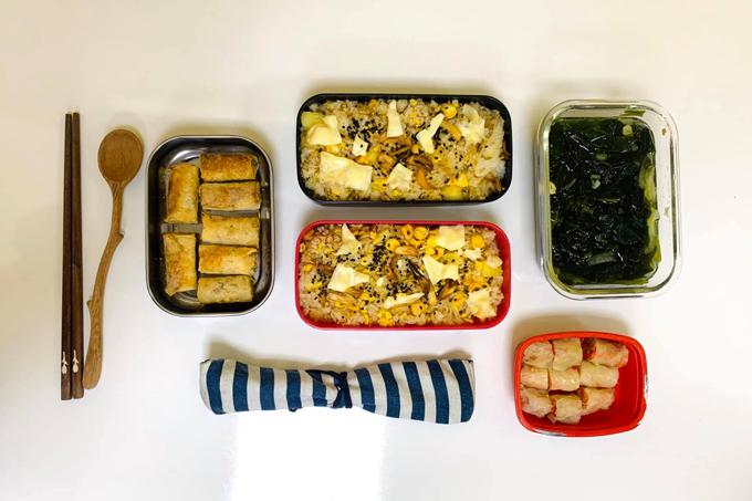 Thực đơn bữa cơm gồm: cơm chiên trứng, ram chay, kim chi bắp cải, canh rong biển. Bí quyết nấu ăn nhanh của tôi là hạn chế nghĩ xem hôm nay sẽ nấu món gì vì sẽ tốn thời gian chuẩn bị. Tôi sẽ linh động dùng nguyên liệu có sẵn trong tủ lạnh, là thử thách giúp sáng tạo món ăn, vừa tiết kiệm thời gian. Tôi thích hương vị gốc của thức ăn nên khi nêm nếm chỉ dùng ít muối để làm dậy hương vị, Hằng chia sẻ.