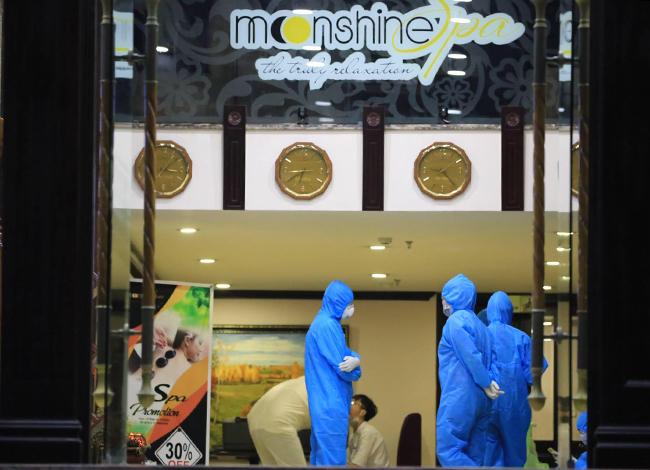 Lực lương y tế tiến hành cách ly nhân viên khách sạn tối 8/3. Ảnh: Nguyễn Sum