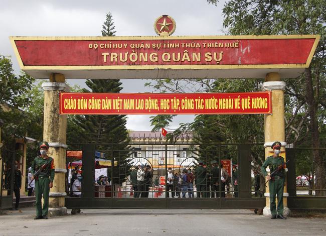 23 người Việt Nam tiếp xúc gần với ca nhiễm 30 được cách ly ở trường Quân sự tỉnh. Ảnh: Võ Thạnh