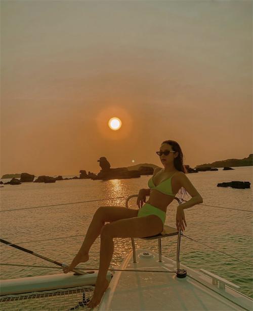 Minh Hằng thả dáng khi ngắm hoàng hôn trên du thuyền với trang phục bikini màu neon bắt mắt.