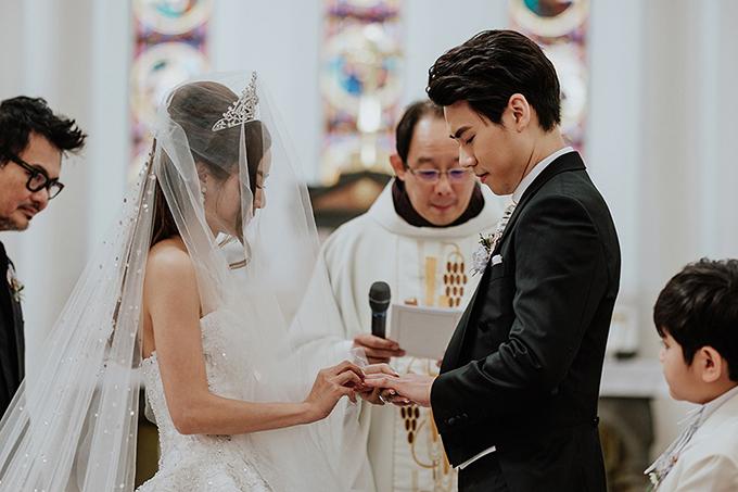 Uyên ương đã làm đám cưới ở nhà thờ và tổ chức tiệc cưới tại khách sạn hạng sang của Singapore.Đầm cưới ở nhà thờ của Rachel Wee được điểm bởi 6.000 viên pha lê Swarovski. Sau đó, cô dâu còn thay trang phục thêm 3 lần ở tiệc cưới.
