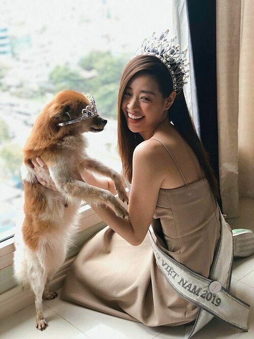 Hoa hậu Khánh Vân chơi đùa cùng chó cưng.