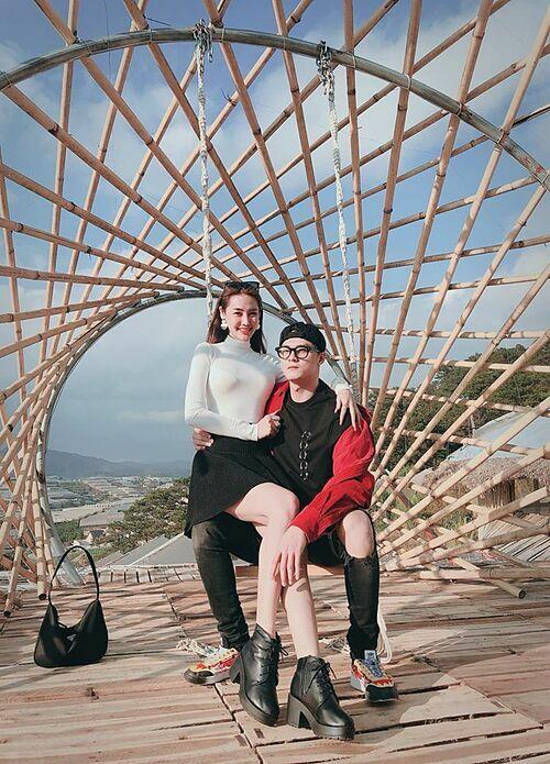 Lâm Vinh Hải tình tứ với Linh Chi trong chuyến du lịch Đà Lạt. Nam vũ công nói lời ngọt ngào với bạn gái: Em là một món quà và anh ghen với gió vì được hôn lên mái tóc em