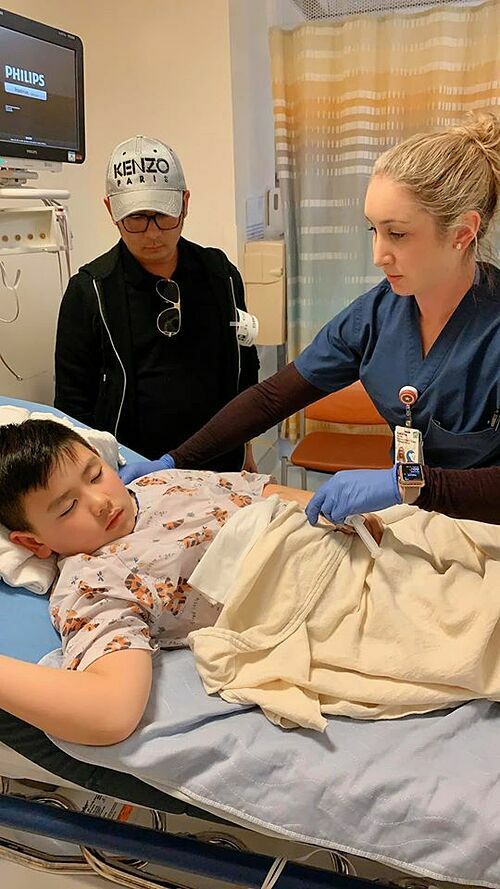 Con trai út của Bằng Kiều và Trizzie Phương Trinh phải nhập viện tiểu phẩu. Nữ ca sĩ chia sẻ: Hôm nay Kenzi phải vào bệnh viện nhi đồng để bác sĩ thực hiện một ca tiểu phẫu. Kenzi ngoan lắm, mặc dù trong lòng rất lo sợ nhưng em vẫn thản nhiên tươi cười. Bác sĩ nói thường những ca tiểu phẫu như thế này làm rất nhanh nhưng tại bụng Kenzi nhiều mỡ quá nên nó bị hơi lâu hihi (may mà vừa rồi em xuống được 10 pounds rồi đó). Các cô các chú đừng lo nhé, khi mẹ post cái status này thì Kenzi đã về nhà nằm dưỡng sức và sức khoẻ của em rất ổn. Cô cũng cảm ơn bạn trai đã đưa hai mẹ con đến bệnh viện. Vì họ chỉ cho bố mẹ ruột vào bên trong nên anh phải về.