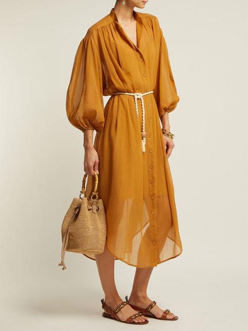 Thay vì sử dụng đai vải cùng chất liệu với trang phục, nhiều kiểu đầm sơ mi, váy tay bồng còn được trang trí dây thừng cá tính.