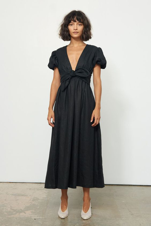 Với dòng trang phục dạo phố, váy thắt eo được chăm chút kỹ lưỡng ở đường xoắn vải điệu đà. Nó vừa là chi tiết trang trí vừa là yếu tố giúp đường cong của phái đẹp trở nên bắt mắt hơn.
