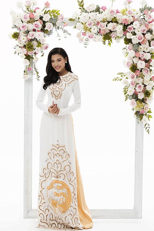 Trang phục cổ thuyền hai màu trắng vàng tôn vẻ sang trọng, quý phái cho cô dâu trong hôn lễ.