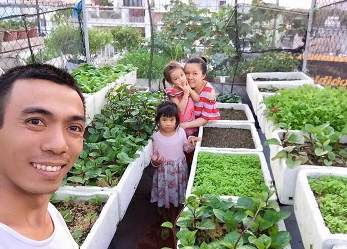 Nhiếp ảnh gia Vũ Phong (27 tuổi) bên vợ và hai con.Thích trồng cây từ nhỏ nên khi có gia đình riêng, Phong luôn ấp ủ mơ ước tự trồng được vườn rau xanh cho gia đình. Đến khi tình cờ làm việc tại một resort có vườn rau nông nghiệp sạch, Phong như được truyền cảm hứng, quyết tâm dựng vườn rau ngay trên sân thượng.