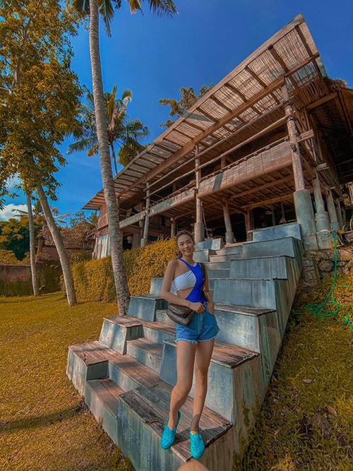 Căn villa đầu tiên Minh Hằng thuê ở khu Ubud, nơi có nhiều rừng cây, thung lũng và cũng là nơi quy tụ nhiều resort sang trọng bậc nhất đảo Bali. Giá thuê nguyên căn villa là 380 USD/đêm cho 3 phòng ngủ và khu sinh hoạt chung. Theo nữ ca sĩ, giá thuê này ở mức hợp lý vì phục vụ được cả đại gia đình.