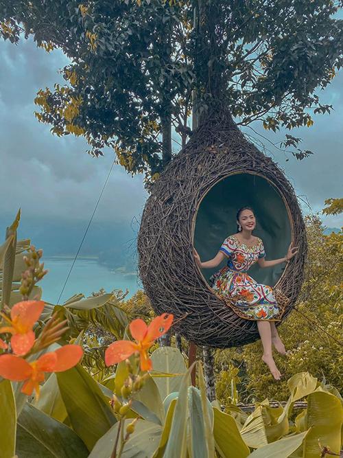 Dịp Tết Nguyên đán, Minh Hằng tạm gác lại công việc showbiz bận rộn để đưa cả gia đình đi du xuân. Điểm đến đầu tiên trong năm Canh Tý của bé Heo là hòn đảo Bali xinh đẹp, từng được nhiều sao Việt ca ngợi bởi cảnh quan thiên nhiên và các dịch vụ du lịch chu đáo.