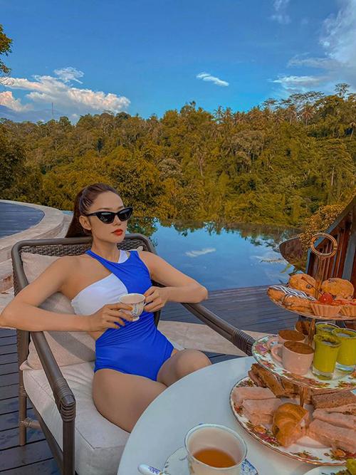 Trước khi lên đường đến Bali, Minh Hằng ấn tượng với một bức ảnh đặc biệt chụp lại khoảnh khắc một cặp tinh nhân treo mình trên bể bơi vô cực. Qua tìm hiểu, cô biết được chính xác địa chỉ và tới đây check in bằng được. Do đang bị cảm nên nữ ca sĩ không thể bơi lội nhưng trải nghiệm dùng trà chiều ở đây cũng khiến cô mãn nguyện. Giá một set trà bánh có giá 1.200.000 đồng.