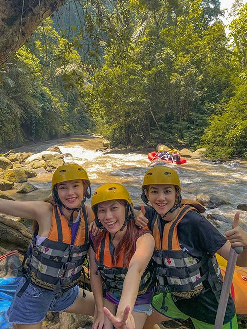 Nữ ca sĩ lên lịch trình cho những người trẻ trong gia đình tham gia vào hoạt động rafting - chèo thuyền phao vượt qua những con thác ghềnh, với sự hướng dẫn của những nhân viên chuyên nghiệp.