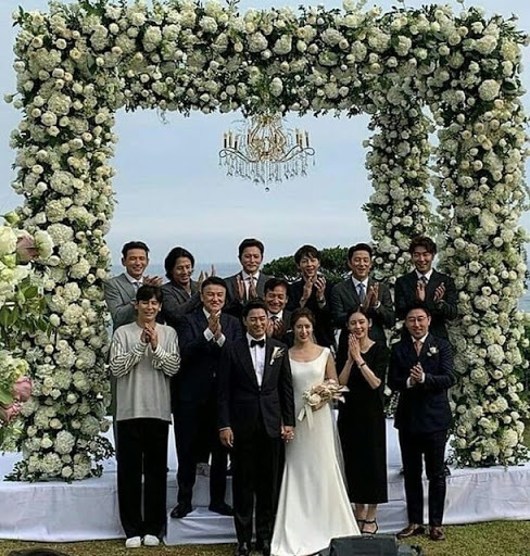 Đám cưới của vợ chồng Joo Jin Mo quy tụ nhiều ngôi sao Hàn, trong đó có Jang Dong Gun. Joo Jin Mo và Jang Dong Gun sau đó trở thành hai tâm điểm của scandal gọi gái.