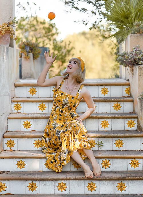 Đầm hai dây hoạ tiết hoa thường lên ngôi vào mùa nắng bởi nó dễ dàng giúp người mặc thêm nổi bật, đem lại nét ngọt ngào, duyên dáng.