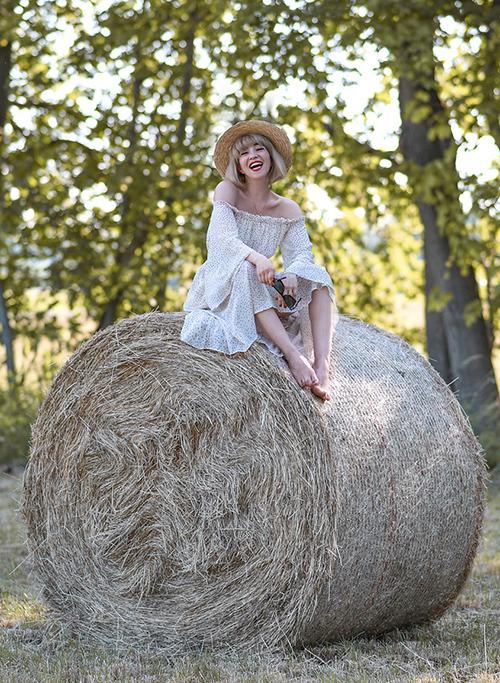 Bên cạnh đó, áo hay váy trễ vai cũng được ưa chuộng nhờ vẻ gợi cảm vừa phải, dễ điều chỉnh độ hở và không kén dáng.