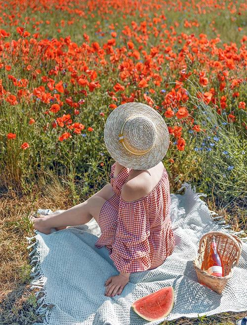 Hoạ tiết hoa nhí áp dụng trên vải voan mỏng nhẹ tạo nên hình ảnh lãng mạn, trong khi những đường kẻ caro và chất liệu thô dành cho các  nàng không muốn quá bánh bèo.