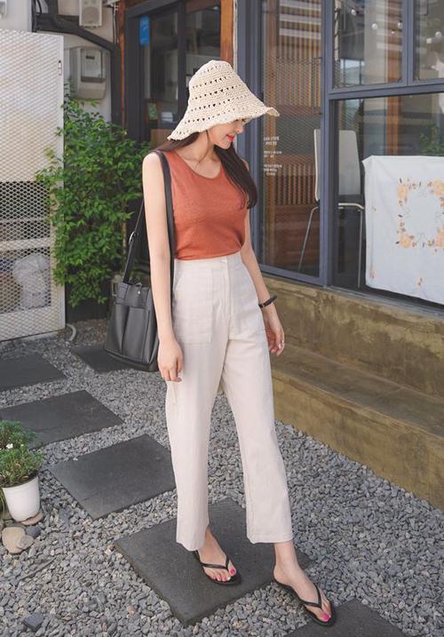 Set đồ đơn giản và đúng mốt mùa hè với áo sát nách, quần linen, túi big size, mũ len mócvà dép xỏ ngón.