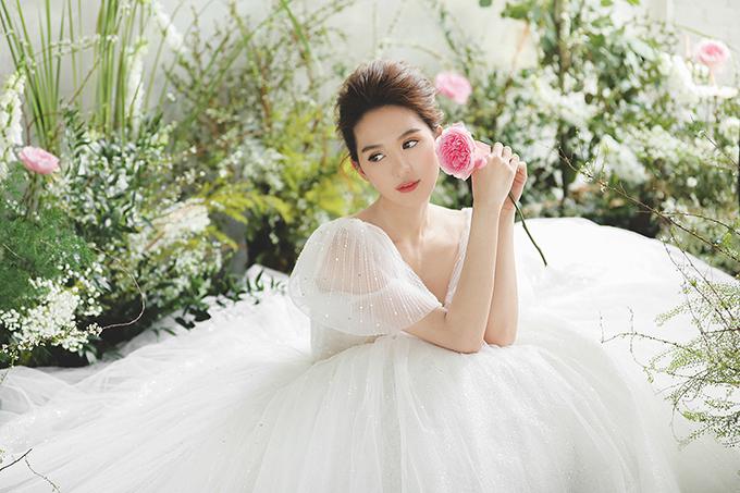 Bộ ảnh được thực hiện bởi art-director, stylist, costume: Chung Thanh Phong Bridal; makeup, photo: Tee Le Studio; hair: Chung Hung Thanh, model: Ngọc Trinh; flower setup: NhuCam Wedding Team & Tran Phung Cam.