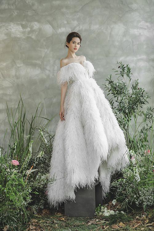 Váy cưới đính lông vũ cũng là hot trend mà các nhà thiết kế thời trang cưới thế giới nhiệt tình lăng xê trong năm 2020.