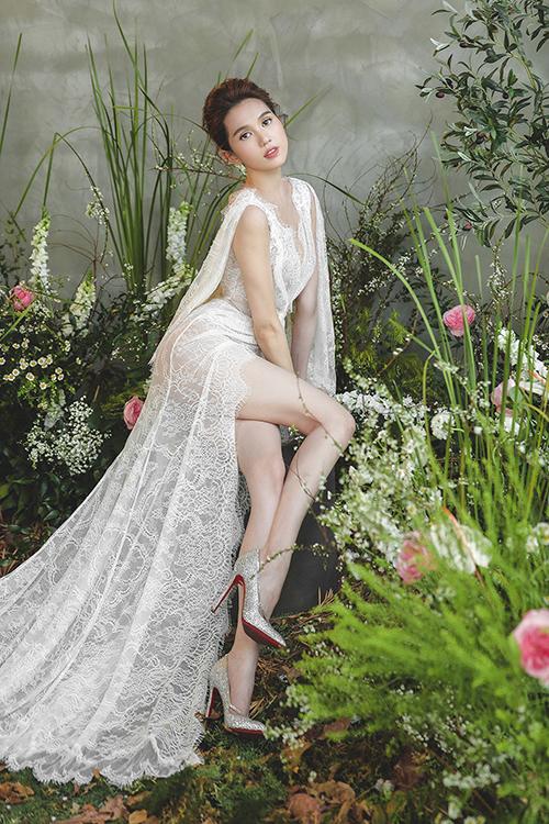 Sự mới lạ ở bộ sưu tập lần này của Chung Thanh Phong là váy cưới ren xẻ đùi và có tà phụ. Mẫu đầm được kết hợp cùng giày cao gót lấp lánh theo phong cách Lọ Lem.