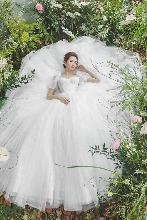 Váy cưới có tùng xếp li tỉ mỉ, được lấy cảm hứng từ đầm của nàng Lọ Lem.