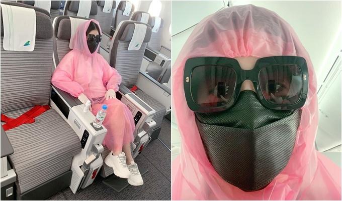 Học tập Quế Vân, Hương Trần - vợ cũ diễn viên Việt Anh - cũng mặc áo mưa khi đi máy bay.