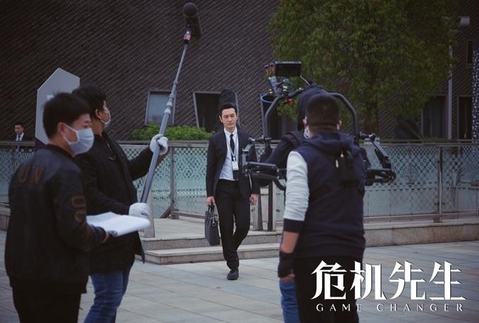 Đến thăm đoàn phim, các phóng viên Trung Quốc khen ngợi Huỳnh Hiểu Minh làm việc nghiêm túc, chỉn chu. Sau mỗi lượt quay, anh đều kiểm tra lại hình ảnh. Nhiều khi không vừa ý, anh chủ động đề nghị đạo diễn cho quay lại.