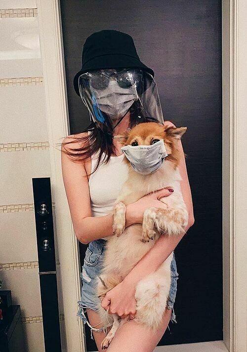 Hoa hậu Khánh Vân không chỉ trang bị kỹ lưỡng cho mình mà còn bảo vệ cho cả chó cưng.
