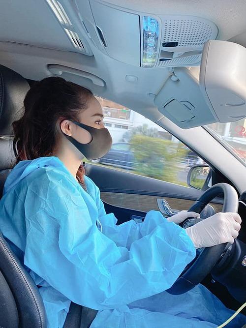 Bà xã Trường Giang cũng đeo gang tay cao su khi lái xe.Trong bi quan phải có lạc quan. Vững tinh thần mà chống virus nha cả nhà. Đẩy lùi virus xấu xa, nữ diễn viên nhắn nhủ.