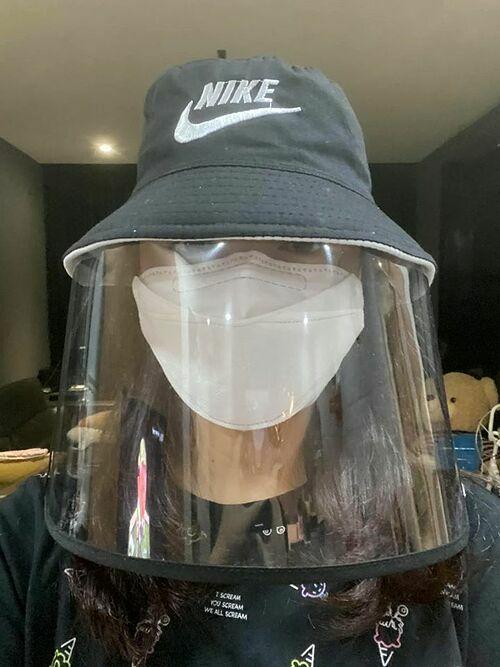 Ca sĩ Phạm Quỳnh Anh vừa đeo khẩu trang, vừa đội mũ chống dịch khi ra đường.