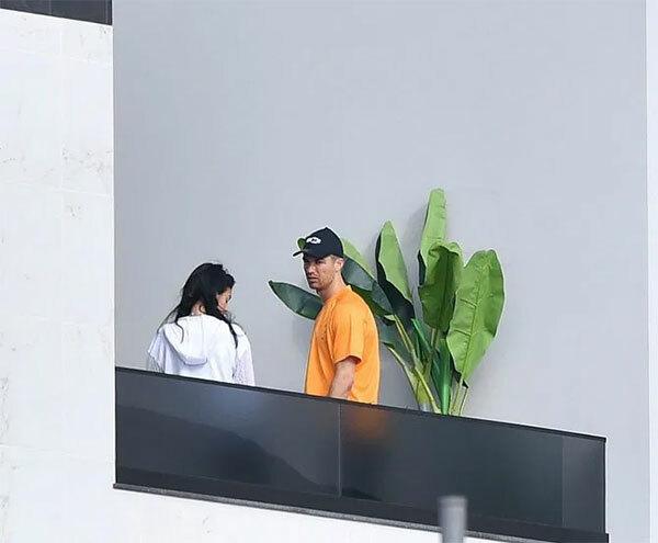 C. Ronaldo và bạn gái Georgina Rodriguez tại biệt thự ở Madeira nơi anh tự cách ly.