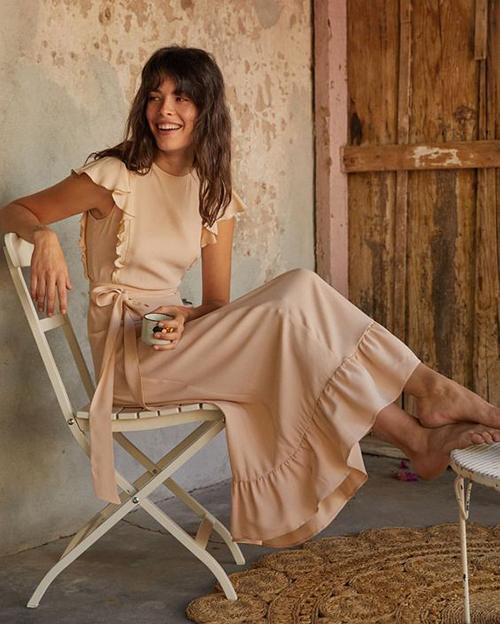 Nhờ đặc tính đề cao nét uyển chuyển của người mặc vì thế vải chiffon lụa, lụa nhân tạo thường được sử dụng để tạo nên các mẫu đầm dạo phố, váy đi biển.