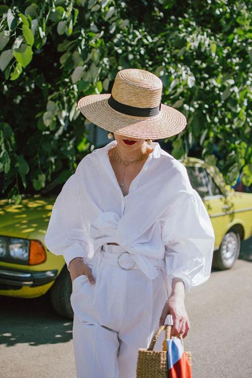 Sơ mi vải cotton còn được biến tấu với nhiều mẫu tay bồng, thắt eo, xếp bèo nhún để giúp phong cách street style của phái đẹp thêm cuốn hút.