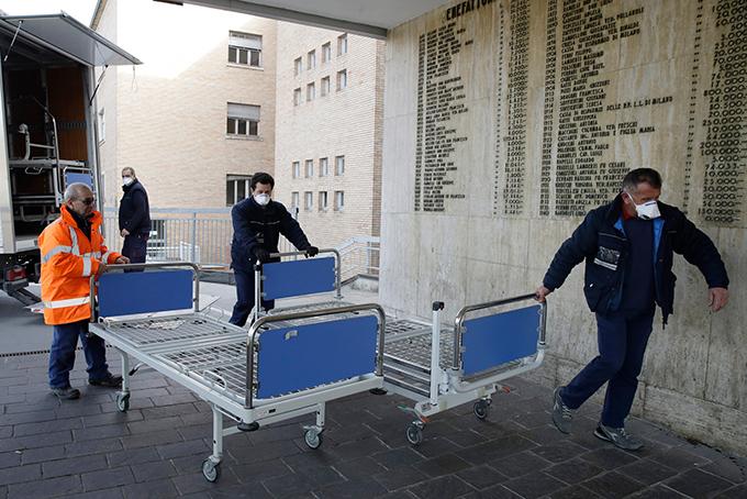 Một bệnh viện ở thị trấn Codogno, Bắc Italy kê thêm giường mới để tiếp nhận bệnh nhân Covid-19. Ảnh: NYT.
