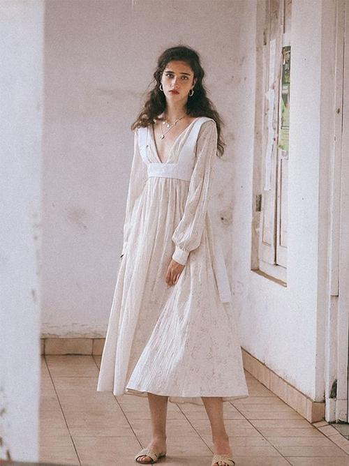 Đối với những tín đồ thời trang linen, từng nếp nhăn trên thớ vải lại mang đến nét cuốn hút và tạo nên nét đẹp độc đáo cho chất liệu dệt thô mộc.