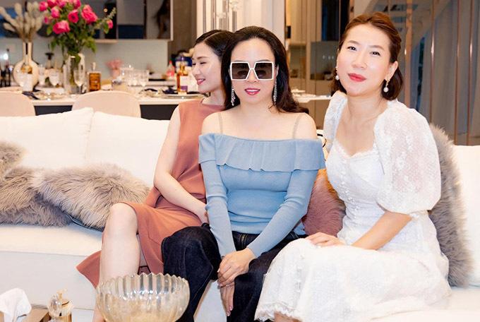 Mới đây Phượng Chanel cùng bạn bè sang chơi nhà người mẫu Ngọc Trinh. Nữ doanh nhân trông năng động, sành điệu với áo xanh hở vai, quần jeans trong khi hội bạn thân đều mặc váy dài.