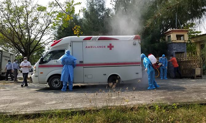 Lực lượng y tế đưa bệnh nhân 57 từ Trường cán bộ Hội Nông dân Việt Nam đến Bệnh viện đa khoa Trung ương Quảng điều trị sáng 16./3. Ảnh: Huỳnh Chín.