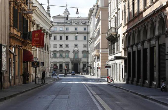 Italy là quốc gia đầu tiên ở châu Âu đưa ra lệnh phong toả cả đất trước, trước đó là lệnh dành riêng cho tỉnh Lombardy, nơi có tâm dịch là thành phố Milan. Đường phố Rome gần như trống rỗng ngay cả trong ngày chủ nhật. Không còn đám đông khách du lịch và người dân xuống phố như bình thường.
