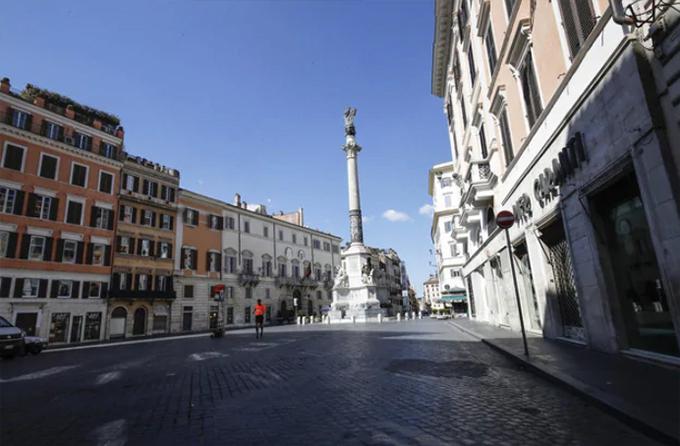 Ngày 15/3, ngày chủ nhật đầu tiên thủ đô Rome (Italy) sau lệnh phong toả toàn bộ đất nước được công bố vào tuần trước. Người dân được yêu cầu không ra khỏi nhà khi không cần thiết và cấm tụ tập đông người, tránh lây lan dịch Covid-19.