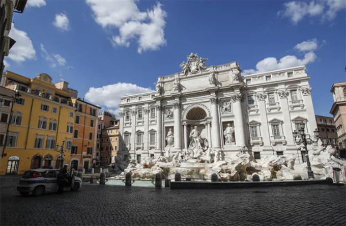 Đài phun nước Trevi ở trung tâm Rome vắng vẻ lạ thường. Trước đây, để tìm được một chỗ đứng sát tượng đài là điều gần như không thể vì lượng khách đổ về đây mỗi ngày đông đến nghẹt thở. Giờ, khu vực này chỉ có lác đác bóng vài xe cảnh sát làm nhiệm vụ.
