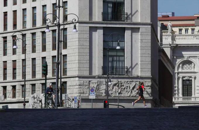 Một vài người dân Rome thì sử dụng khoảng thời gian này để đạp xe, chạy bộ trên đường phố để nâng cao sức khoẻ, đối phó với đại dịch đang lan rộng trên toàn thế giới.