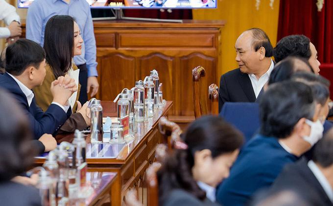 Sự kiện có cả Thủ tướng Nguyễn Xuân Phúc tham dự. Ngồi bên trên thỉnh thoảng Thủ tướng quay xuống trò chuyện với Mai Phương Thuý.