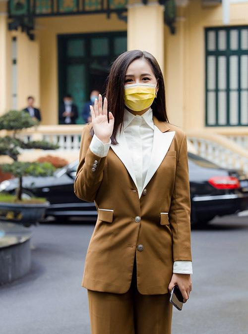 Mai Phương Thuý ăn mặc thanh lịch, đeo khẩu trang đi dự họp báo ở Hà Nội, sáng 17/3.