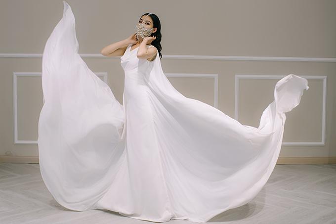 Mẫu đầm cưới mang tên Lan Khuê chính là váy mà người đẹp diện trong lễ cưới năm 2018. Bộ cánh có giá bán 300 triệu đồng, giá thuê 150 triệu đồng.