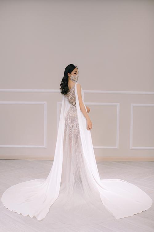 Mặt lưng váy giống một bức tranh điêu khắc với toàn bộ phần đính kết là pha lê Swarovski.