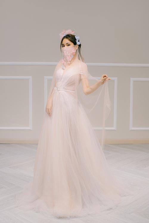 Mẫu đầm tạo từ nhiều lớp lang giúp cô dâu hoá thành tiên nữ trong câu chuyện cổ tích. Váy có giá bán 28 triệu đồng, giá thuê 14 triệu đồng.