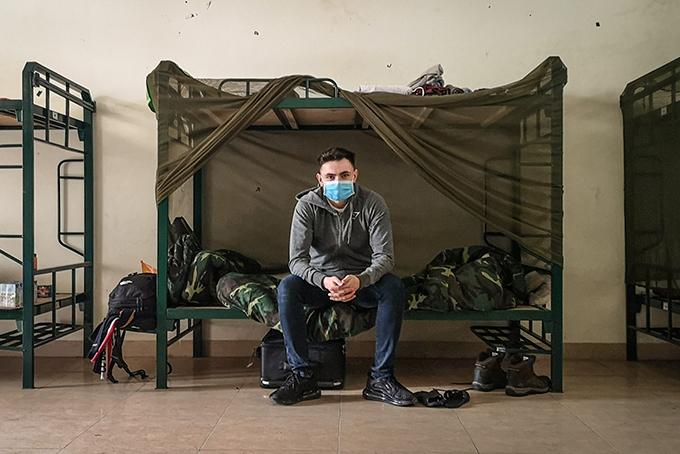 Gavin Wheeldon ngồi trong phòng tại khu cách ly ở Sơn Tây, Hà Nội. Ảnh: Gavin Wheeldon.