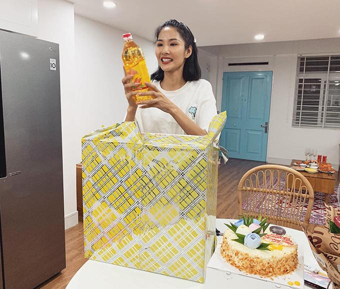 Hoàng Thùy đập hộp quà tặng sinh nhật của hai người bạn và ngỡ ngàng khi nhận toàn đồ ăn như: xoài, dưa leo, dầu ăn...