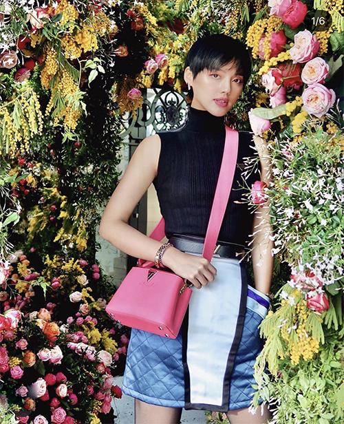 Túi hồng mới ra lò của Louis Vuitton cũng được Khánh Linh chọn lựa để tăng sức hút cho set đồ dạo phố.